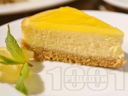 Свеж печен лимонов чийзкейк с бисквитен блат - снимка на рецептата